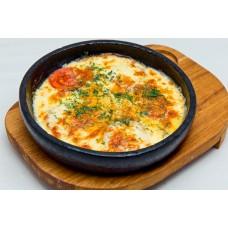 Запеченный сыр сулугуни со свежими помидорами